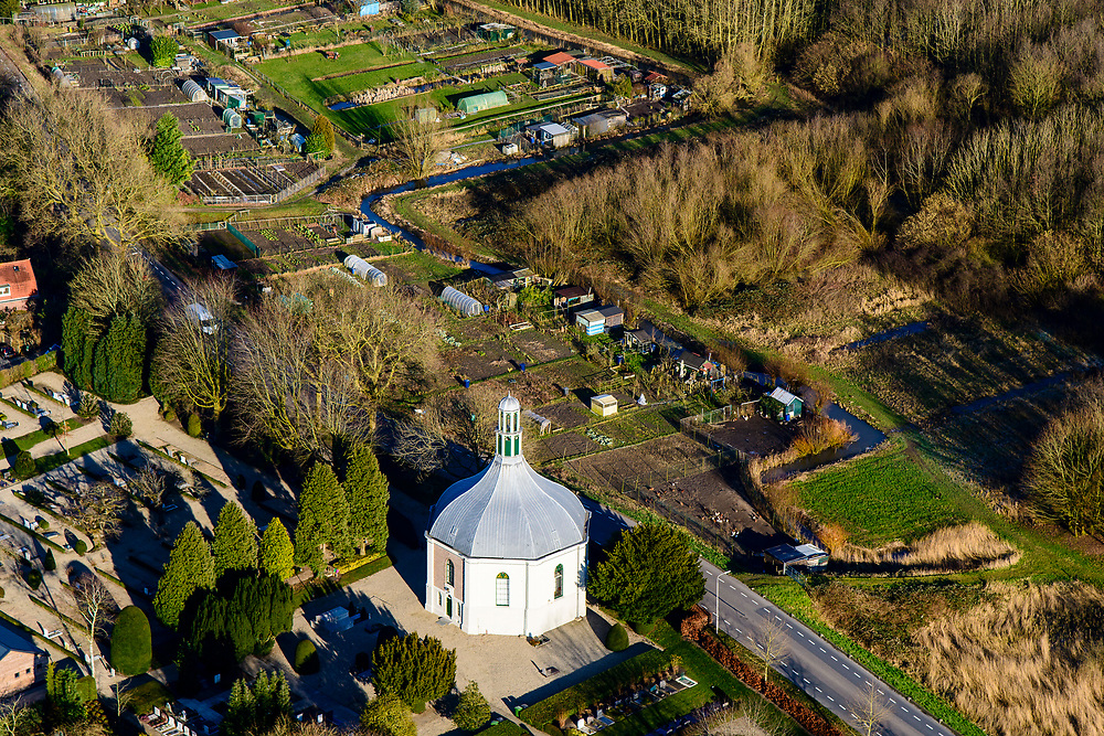 Nederland, Zuid-Holland, Alblasserwaard, 07-02-2018; Koepelkerk aan de Onderweg in dorpje Arkel met begraafplaats en volkstuinen<br /> Village Arkel with small domed church.<br /> <br /> luchtfoto (toeslag op standard tarieven);<br /> aerial photo (additional fee required);<br /> copyright foto/photo Siebe Swart