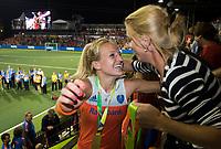 AMSTELVEEN - Lauren Stam (Ned) met Mijntje Donners  na de damesfinale Nederland-Belgie bij de Rabo EuroHockey Championships 2017. COPYRIGHT KOEN SUYK