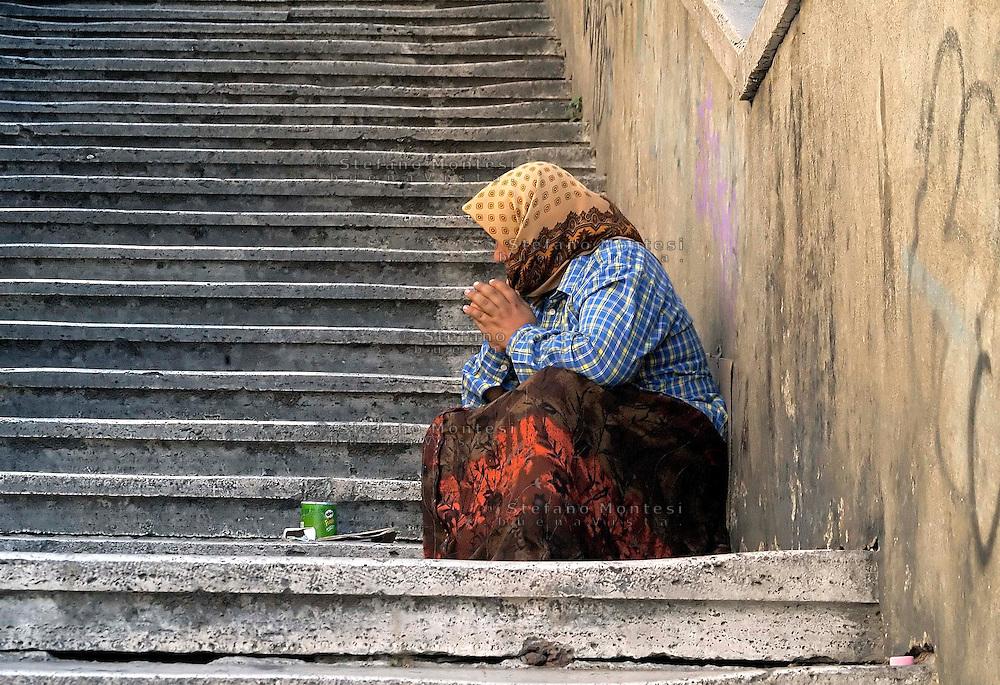 Rome   August  21 2008.Rom Woman Begging on stairway of the Pincio.Una rom chiede l'elemosina sulla scalitata che porta al Pincio..
