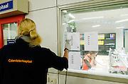 Een medewerkster van het Calamiteitenhospitaal scant de barcode, zodat de patiënt gevolgd kan worden.  In het Calamiteitenhospitaal in Utrecht wordt een rampenoefening gehouden. De nadruk ligt op de contaminatie, door een gekantelde vrachtwagen zijn veel slachtoffers in aanraking gekomen met een chemische stof. Voor het eerst wordt er geoefend met een zogenaamde decontaminatietent. Als de tent bevalt, schaft het ziekenhuis zo'n tent aan. Bij de 'ramp' zijn 100 slachtoffers gevallen.<br /> <br /> An employee of the hospital is scanning the location of a patient. In the Trauma and Emergency Hospital in Utrecht an calamity training was held. The emphasis is on the contamination by an overturned truck, many victims are contaminated by a chemical. For the first time a so-called decontamination tent was used. If the tent fulfills the expectations, a tent will be purchased. The 'calamity' caused 100 victims.