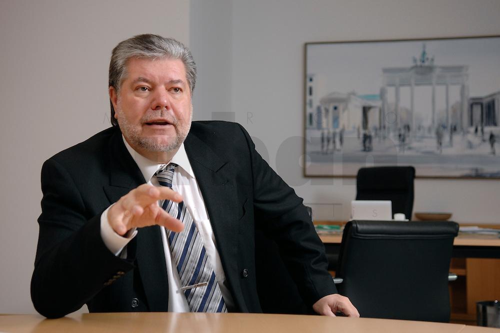 08 JAN 2007, BERLIN/GERMANY:<br /> Kurt Beck, SPD Parteivorsitzender und Ministerpraesident Rheinland-Pfalz, waehrend einem Interview, in seinem Buero, Willy-Brandt-Haus<br /> Kurt Beck, Party Leader of the Social Democratic Party, during an interview, in his office, Willy-Brandt-Haus<br /> IMAGE: 20070108-01-053<br /> KEYWORDS: Ministerpräsident