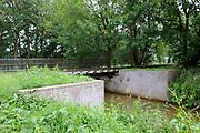 Stichting Sporen van de Oorlog Mill<br /> <br /> Monument, opgericht door de Stichting Menno van Coehoorn, in samenwerking met Defensie.<br /> <br /> De oostelijke asperge versperring, met aan oostelijke zijde verbogen rails. <br /> <br /> Foundation Traces of War Mill<br /> <br /> Monument, erected by the Stichting Menno van Coehoorn, in collaboration with Defence.<br /> <br /> The eastern barrier asparagus, with bent rails on the eastern side.
