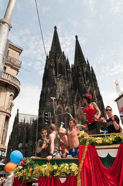 DEU ,NRW,Köln,CSD, Christopher Street Day, gay pride - ist ein Festtag, Gedenktag und Demonstrationstag von Lesben, Schwulen, Bisexuellen und Transgendern. Gefeiert und demonstriert wird für die Rechte dieser Gruppen sowie gegen Diskriminierung und Ausgrenzung.  | CSD Christopher Street day, gay pride in Germany Cologne, Köln. People passing the Dom, the Cologne Cathedral