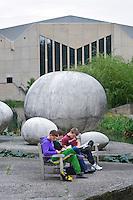 Nederland Rotterdam 23 september 2009 20090923 ..Campus Erasmus univeriteit, studenten studeren buiten op een bankje. .campus site Erasmus University, students studying...Foto: David Rozing