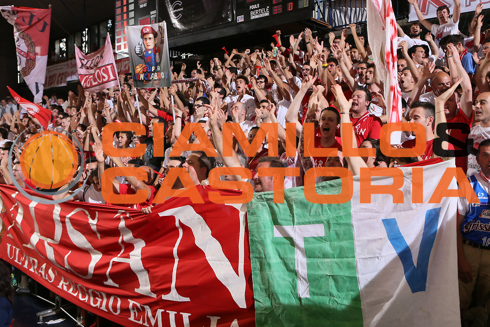 DESCRIZIONE : Reggio Emilia Lega A 2014-15 Grissin Bon Reggio Emilia Banco di Sardegna Sassari finale play off gara 7<br /> GIOCATORE : tifosi Grissin Bon Reggio Emilia<br /> CATEGORIA : tifosi<br /> SQUADRA : Grissin Bon Reggio Emilia<br /> EVENTO : Campionato Lega A 2014-2015<br /> GARA : Grissin Bon Reggio Emilia Banco di Sardegna Sassari<br /> DATA : 26/06/2015<br /> SPORT : Pallacanestro <br /> AUTORE : Agenzia Ciamillo-Castoria/E.Rossi<br /> Galleria : Lega Basket A 2014-2015 <br /> Fotonotizia : Reggio Emilia Lega A 2014-15 Grissin Bon Reggio Emilia Banco di Sardegna Sassari finale play off gara 7