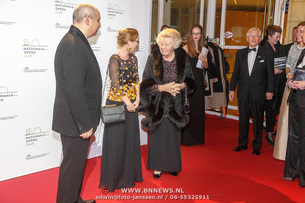 NLD/Amsterdam20151106 - Nationaal Opera Gala 2015, aankomst prinses Beatrix ontvangst door Pierre Audi en Els van der Plas