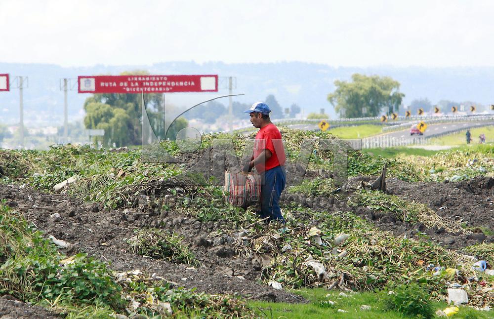 Lerma, México.- Un hombre se dedica a recolectar lo que le pueda servir en desperdicios que se encuentran a un costado del río Lerma, como botellas de plástico, vidrio y otras cosas para su posterior venta. Agencia MVT / Crisanta Espinosa