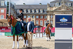 SCHÜRMANN Charlott-Maria (GER), Burlington FRH, KLIMKE Michael (Turnierleiter Dressur)<br /> Münster - Turnier der Sieger 2019<br /> Siegerehrung<br /> PRIZE OF KAPPEL HIBERNIA GmbH & Co.KG<br /> Grand Prix de Dressage <br />  Wertung zu MEGGLE Champion of Honour <br /> 01. August 2019<br /> © www.sportfotos-lafrentz.de/Stefan Lafrentz