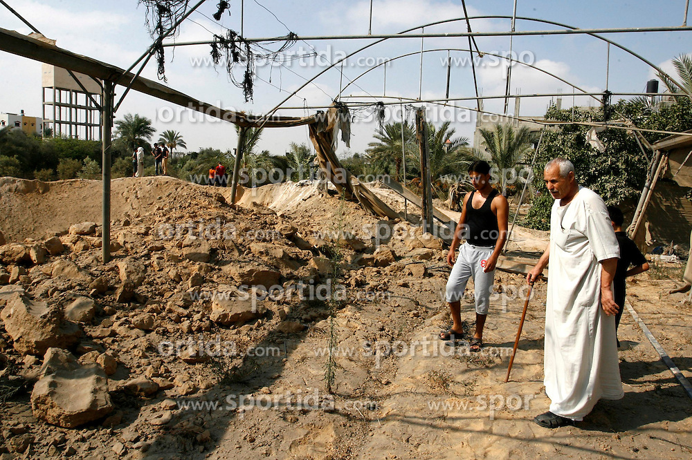 14.08.2014, Khan Younis, PSE, Nahostkonflikt zwischen Israel und Pal&auml;stina,im Bild die Situation in Khan Younis // Palestinians inspect the damage after an Israeli air strike early today in the east of the town of Khan Younis in southern Gaza Strip on August 14, 2014. Israel and Gaza militants were holding their fire today after a new truce got off to a shaky start, with night-time Palestinian rocket fire followed by Israeli air strikes. Photo by Abed Rahim Khatib, Palestine on 2014/08/14. EXPA Pictures &copy; 2014, PhotoCredit: EXPA/ APAimages/ Abed Rahim Khatib<br /> <br /> *****ATTENTION - for AUT, GER, SUI, ITA, POL, CRO, SRB only*****