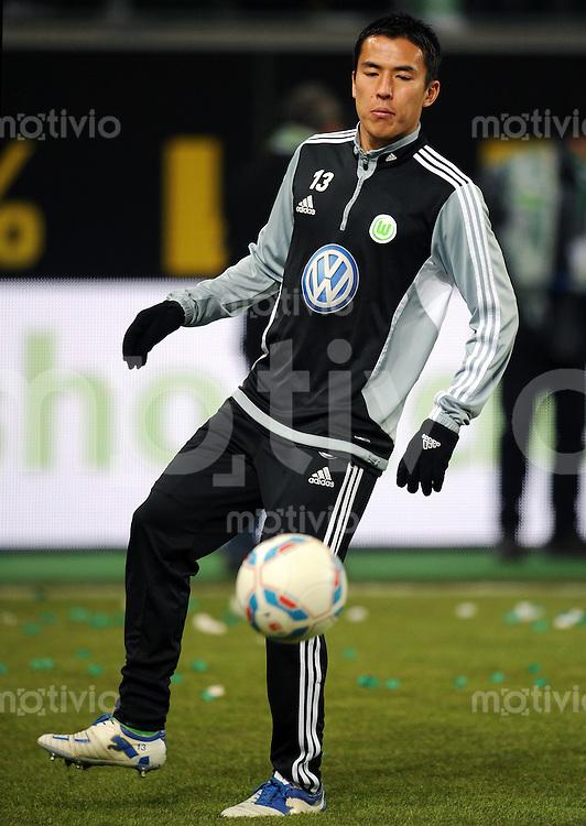 FUSSBALL   1. BUNDESLIGA   SAISON 2011/2012   21. SPIELTAG VfL Wolfsburg - SC Freiburg                                 10.02.2012 Makoto Hasebe (VfL Wolfsburg) beim Erwaermen