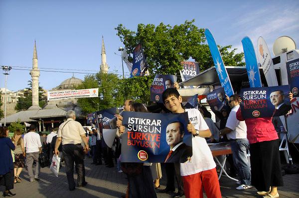 Turkije, Istanbul, 3-6-2011Aanhangers van de AK partij in Istanbul in de aanloop naar de verkiezingen voor het parlement op 16 juni. Bij de aanlegsteiger van de pont in het Aziatische deel van de stad wachten zij de passagiers op.Foto: Flip Franssen