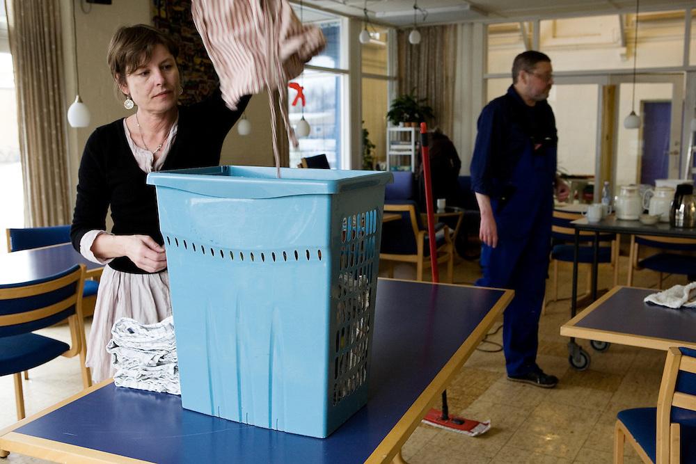 Rumlepotten Community, Aarhus, Denmark, February 27, 2010. <br /> In the living room during a working day.<br /> All adults are invited to participate in a working day one Saturday a month to cooperate for the spaces maintenance.<br /> The community of Rumlepotten, born in 1985 in the south of Aarhus, consists of 32 apartments with associated gardens.<br /> Shared responsibility and tolerance are key words in the community.<br /> <br /> <br /> <br /> <br /> Comunità di Rumlepotten, Aarhus, Danimarca, 27 febbraio 2010.<br /> Pulizie durante la giornata di lavori comuni.<br /> Rumlepotten è composta da 32 appartamenti con giardini associati. <br /> Tutti gli adulti sono invitati a partecipare a un gruppo di lavoro un sabato al mese per la manutenzione degli spazi.<br /> La condivisione delle responsabilità e la tolleranza sono parole chiave nella comunità.