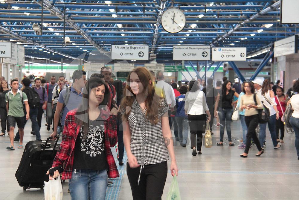 SÃO PAULO,SP, 28.04.2015 - METRÔ-BARRAFUNDA - Movimentação de passageiros na estação Barra Funda do Metrô região oeste de São Paulo nesta terça-feira, 28. (Foto: Marcio Ribeiro / Brazil Photo Press).
