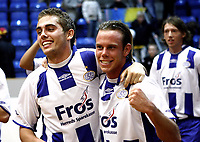 Fotball , Esbjergs Jakob Poulsen (i midten) blev dagens helt og blev lykønsket af Frank Hansen, da Esbjerg vandt 1-0 over FC Nordsjælland i forlænget spilletid,