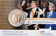 21-5-2015 - UTRECHT - Koning Willem Alexander verricht woensdagmiddag 21 mei 2014 de ceremoniële muntslag van een nieuwe 2 euromunt met Koningsdubbelportret bij de Koninklijke Nederlandse Munt in Utrecht. De muntslag wordt bijgewoond door staatssecretaris Wiebes van Financiën en muntmeester Brouwer.  COPYRIGHT ROBIN UTRECHT