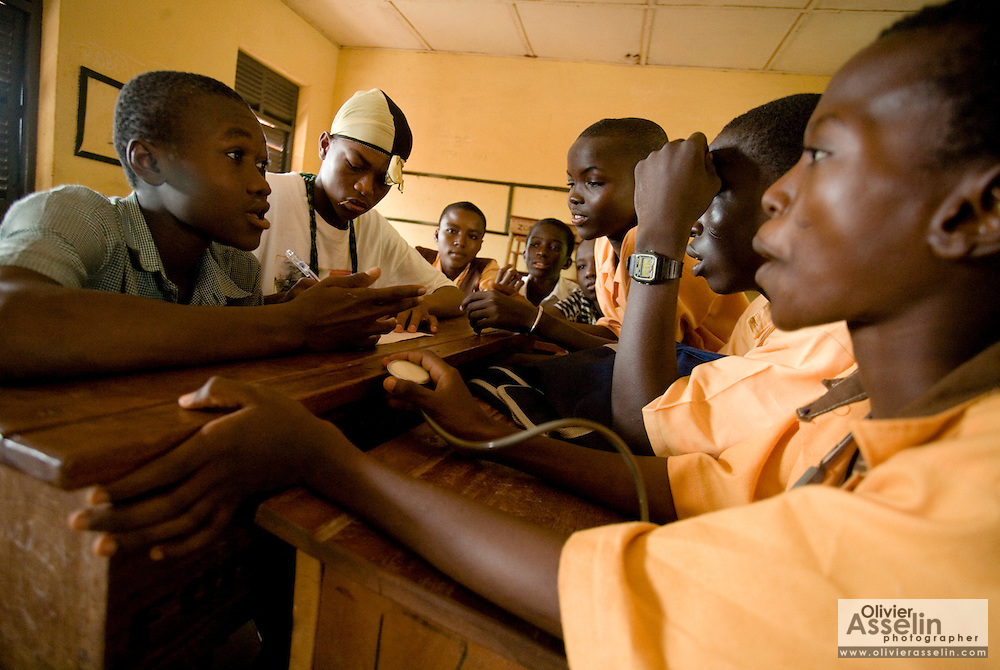 A group of students gather to discuss HIV/AIDS at the Zogbeli Junior Secondary School in Tamale, Ghana on Thursday June 7, 2007.