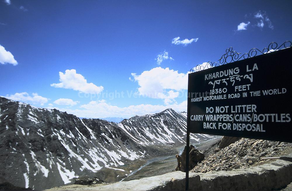 Le Khardung La, le col carrossable le plus haut du monde, ? plus de 5600 m?tres d altitude.  Khardung la pass. It is more than 5600 meters high ( 18390 feets ). It is the highest mortorable point of the world.