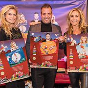 NLD/Amsterdam/20191111 - Presentatie sinterklaasboeken met Rafael v/d Vaart, Nicolette van Dam en Wendy van Dijk, Rafael v/d Vaart, Nicolette van Dam en Wendy van Dijk krijgen hun boeken uitgereikt