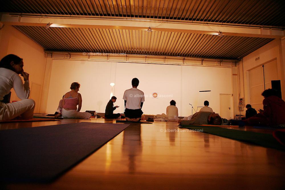 Milano, festival dello yoga al superstudio , rilassamento prima della lezione....Milan, yoga festival,relaxing before the yoga lesson.