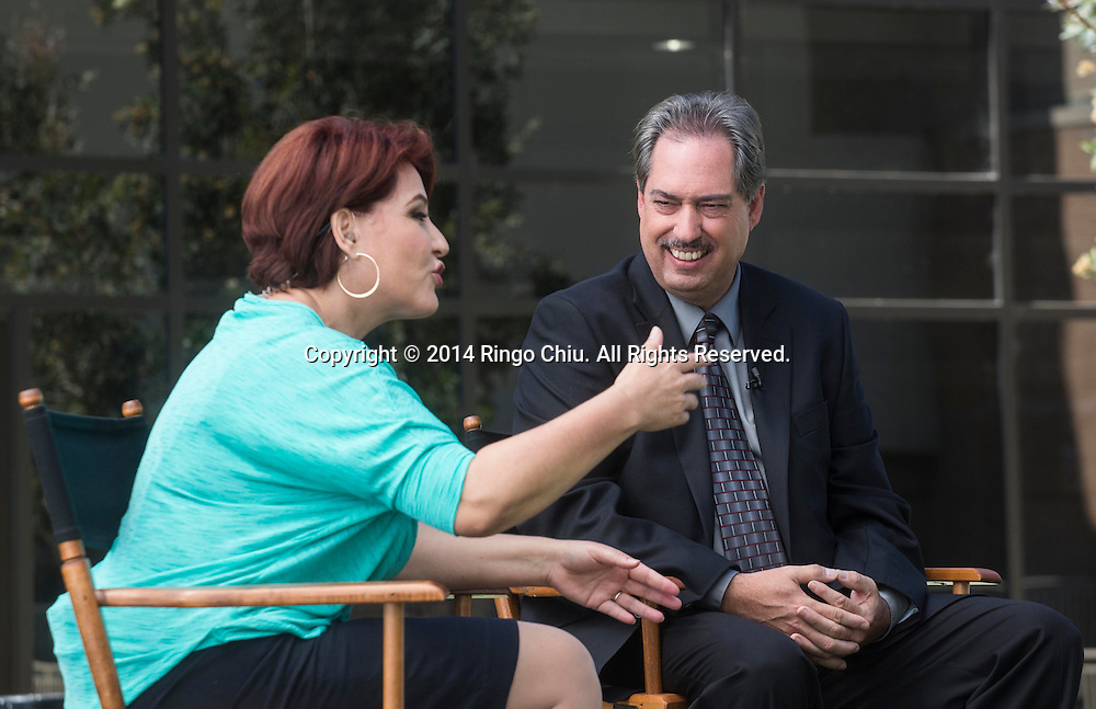 Pascual Garrido of SCE Federal Credit Union, interviewed by Ofelia de la Torre, at a taping of Spanish-language talk show &ldquo;Tu Mundo Hoy!&rdquo;<br /> (Photo by Ringo Chiu/PHOTOFORMULA.com)