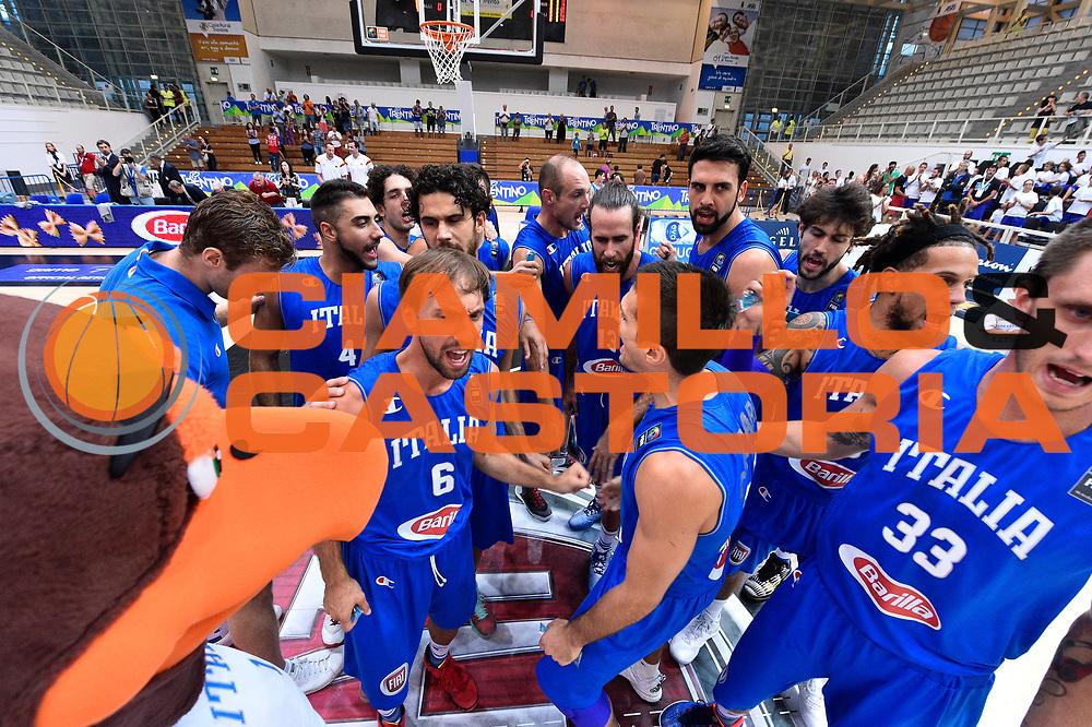 DESCRIZIONE : Trento Nazionale Italia Uomini Trentino Basket Cup Italia Austria Italy Austria <br /> GIOCATORE : Giuseppe Poeta Luca Vitali Achille Polonara Pietro Aradori<br /> CATEGORIA : Before  Mani  Fair Play <br /> SQUADRA : Italia Italy<br /> EVENTO : Trentino Basket Cup<br /> GARA : Italia Austria Italy Austria<br /> DATA : 31/07/2015<br /> SPORT : Pallacanestro<br /> AUTORE : Agenzia Ciamillo-Castoria/GiulioCiamillo<br /> Galleria : FIP Nazionali 2015<br /> Fotonotizia : Trento Nazionale Italia Uomini Trentino Basket Cup Italia Austria Italy Austria