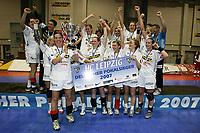 Håndball<br /> DHB Pokal<br /> 28.04.2007<br /> Foto: imago/Digitalsport<br /> NORWAY ONLY<br /> <br /> Der HC Leipzig ist deutscher Pokalsieger 2007, Else Marthe Sørlie Lybekk präsentiert den Pokal