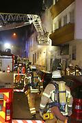 Mannheim. 31.12.17  <br /> Silvesterabend. Silvester. Brand in der Neckarstadt.<br /> Das Mehrfamilienhaus, in dem sich 15 Wohnungen befinden, wurde vollständig evakuiert. Die Bewohner konnten sich anfänglich im Nebenraum einer Kneipe aufhalten. Die Stadt Mannheim brachte später fünf Personen unter, die restlichen Betroffenen fanden bei Verwandten und Freunden eine Bleibe.<br /> Das Haus ist ersten Angaben der Feuerwehr zufolge nicht mehr bewohnbar. Auch den Ermittlern war es am Montagmorgen nicht möglich die Wohnung zu betreten. Der Sachschaden beläuft sich  auf etwa 150.000 Euro. <br /> <br /> <br /> Bild-ID 279   Markus Proßwitz 01JAN18 / masterpress