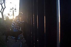 Juan vive a fianco della frontiera, in una capanna costruita da lui. Da due mesi si Trova a Tijuana. Prima viveva negli USA poi, per evitare che il governo gli togliesse la figlia a causa della sua condizione economica, e' tornato in Messico. Ora sua figlia è maggiorenne e due mesi fa è tornata negli USA, Juan non ha i documenti e ogni giorno studia la frontiera per poter raggiungere la figlia.