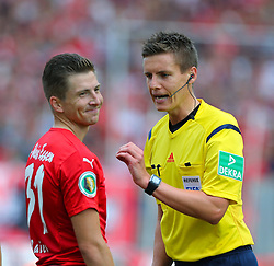 09.08.2015, Stadion Essen, Essen, GER, DFB Pokal, Rot Weiss Essen vs Fortuna Duesseldorf, 1. Runde, im Bild Benjamin Baier (Essen) und Schiedsrichter Daniel Siebert dieskutieren // during German DFB Pokal first round match between Rot Weiss Essen and Fortuna Duesseldorf at the Stadion Essen in Essen, Germany on 2015/08/09. EXPA Pictures © 2015, PhotoCredit: EXPA/ Eibner-Pressefoto/ Hommes<br /> <br /> *****ATTENTION - OUT of GER*****
