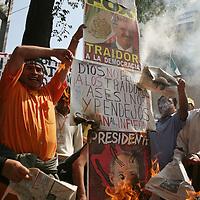 """Mexico, D.F.- Simpatizantes de Andres Manuel Lopez Obrador que le reconocen como Presidente """"Legitimo"""" de Mexico, queman propaganda al termino de una marcha pacifica hacia Chapultepec en protesta por la toma de posesion del presidente electo, Felipe Calderon Hinojosa. Agencia MVT / Mario Vazquez de la Torre. (DIGITAL)<br /> <br /> <br /> <br /> <br /> <br /> <br /> <br /> NO ARCHIVAR - NO ARCHIVE"""