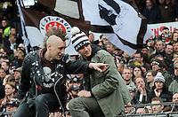 FUSSBALL  2. BUNDESLIGA   SAISON 2009/2010  34. SPIELTAG FC St. Pauli Hamburg - SC Paderborn                      09.05.2010 Fans vom FC St. Pauli freuen sich nach dem Abpfiff