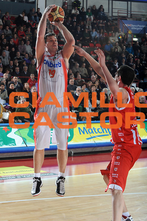 DESCRIZIONE : Varese Lega A 2009-10<br /> Cimberio Varese Banca Tercas Teramo<br /> GIOCATORE : Marko Tusek<br /> SQUADRA : Cimberio Varese<br /> EVENTO : Campionato Lega A 2009-2010 <br /> GARA :  Cimberio Varese Banca Tercas Teramo<br /> DATA : 06/02/2010<br /> CATEGORIA : Tiro <br /> SPORT : Pallacanestro <br /> AUTORE : Agenzia Ciamillo-Castoria/A.Dealberto<br /> Galleria : Lega Basket A 2009-2010 <br /> Fotonotizia : Varese Campionato Italiano Lega A 2009-2010 Cimberio Varese Banca Tercas Teramo<br /> Predefinita :