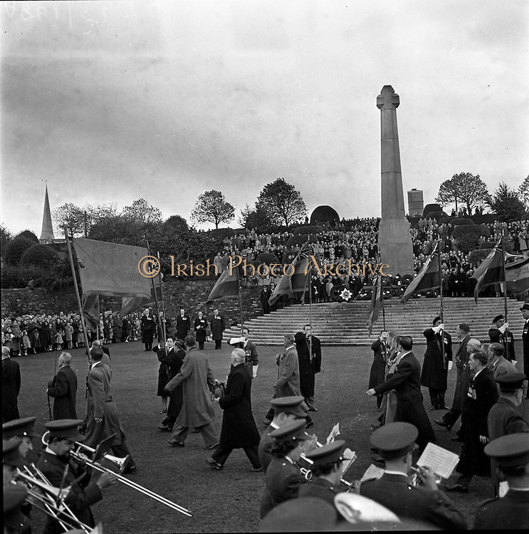 09/11/1958<br /> 11/09/1958<br /> 09 November 1958<br />  Guinness employees at commemoration ceremony at Islandbridge.British ex-servicemen  employed at Guinness attend a laying of the wreath ceremony in the Garden of Remembrance, Islandbridge, Dublin.