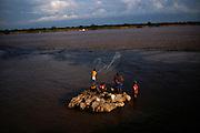 Pesca no Rio São Francisco em Barra na Bahia. Junção do rio São Francisco com o Rio Grande..He/she fishes in Rio São Francisco in Barra in Bahia. Junction of the river San Francisco with Big Rio.
