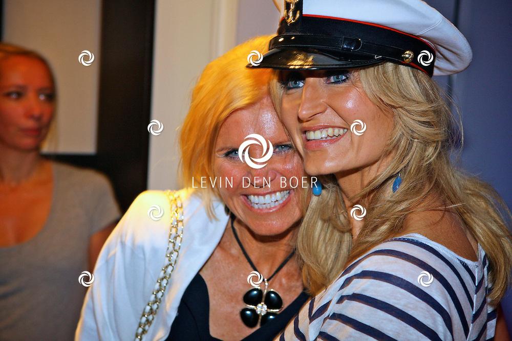 AMSTERDAM - Na het grote Toppers concert mochten de VIPS over de rode loper naar het VIP feest.  Met op de foto Natasja Froger en haar moeder Annemarie Bartels. FOTO LEVIN DEN BOER - PERSFOTO.NU