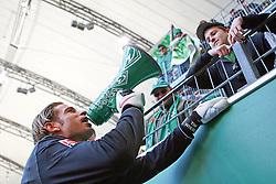 17.04.2010, Volkswagenarena, Wolfsburg, GER, FBL 09 10, VfL Wolfsburg vs Werder Bremen, im Bild Tim Wiese (GER Werder #01) heitzt den Fans nach dem Sieg mit 4:2 ¸ber Wolfsburg via Megaphon ein. EXPA Pictures © 2010, PhotoCredit: EXPA/ nph/  Arend / SPORTIDA PHOTO AGENCY
