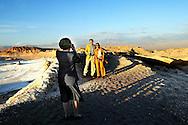 CHILI-20030322-MAANVALLEI: Koningin Beatrix maakt zaterdag een foto van prins Willem-Alexander en prinses Maxima op de zogenoemde Maanvallei. Het bezoek aan de om zijn grillige rotsformaties befaamde vallei was het sluitstuk van het staatsbezoek aan Chili. Maandag begint het met het staatsbezoek aan Braziliª. ANP FOTO ROBIN UTRECHT