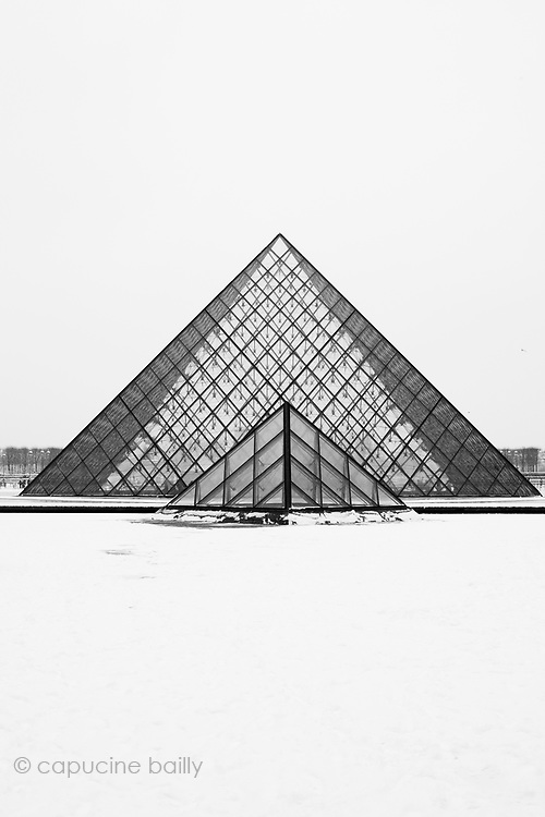 Paris, France. December 17th 2009..Snow Storm in Paris..Pyramide du Louvre - Cour Napoleon (1st Arrondissement)