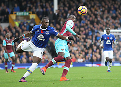 30.10.2016, Goodison Park, Liverpool, ENG, Premier League, FC Everton vs West Ham United, 10. Runde, im Bild Yannick Bolasie of Everton and Pedro Mba Obiang of West Ham United in action // Yannick Bolasie of Everton and Pedro Mba Obiang of West Ham United in action during the English Premier League 10th round match between FC Everton and West Ham United at the Goodison Park in Liverpool, Great Britain on 2016/10/30. EXPA Pictures © 2016, PhotoCredit: EXPA/ Focus Images/ Michael Sedgwick<br /> <br /> *****ATTENTION - for AUT, GER, FRA, ITA, SUI, POL, CRO, SLO only*****