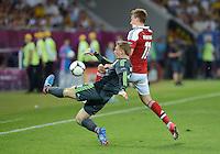FUSSBALL  EUROPAMEISTERSCHAFT 2012   VORRUNDE Daenemark - Deutschland       17.06.2012 Torwart Manuel Neuer (li, Deutschland) gegen Nicklas Bendtner (re, Daenemark)