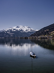 THEMENBILD - ein Segelboot lieg am Zeller See vor Anker, aufgenommen am 20. April 2019 in Zell am See, Oesterreich // a Sailboat anchored at the Zeller lake with the panorama of the surrounding mountains in Zell am See, Austria on 2019/04/20. EXPA Pictures © 2019, PhotoCredit: EXPA/ JFK
