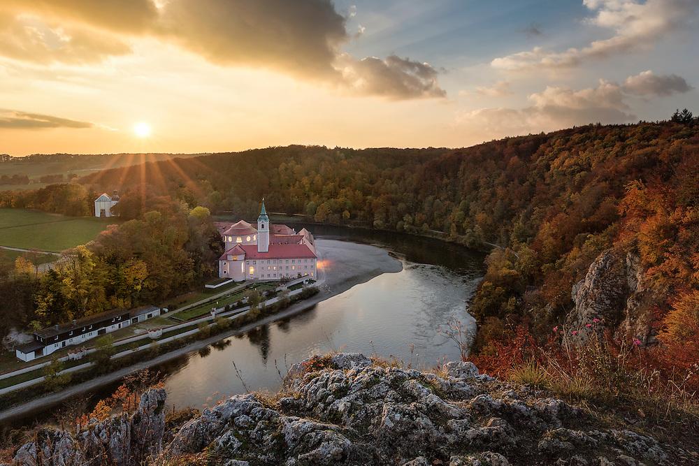 Das Kloster Weltenburg liegt im Naturschutzgebiet Weltenburger Enge unmittelbar vor dem Donaudurchbruch, einer wildromantischen Flußlandschaft.