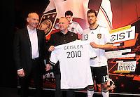 Fussball Nationalmannschaft :  Saison   2009/2010   10.11.2009 ADIDAS WM 2010 Trikot Vorstellung (Teamgeist) v. li. Erich Stamminger mit Michael Ballack (GER)