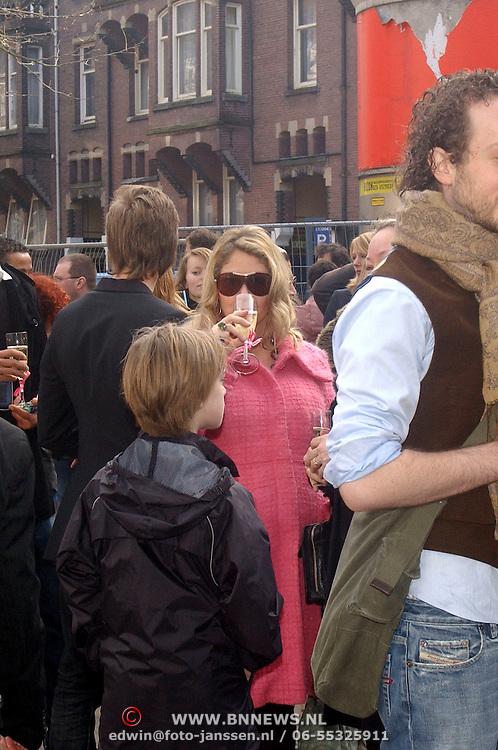 NLD/Amsterdam/20070308 - Stilettorun 2007 Amsterdam, zwangere Fiona Hering drinkt champagne