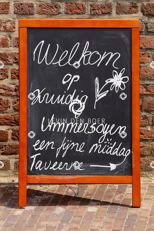 AMMERZODEN - Op kasteel Ammersoyen is een kruidenmiddag gehouden. Diversen standhouders mochten hun kruiden tonen en verkopen aan de liefhebber. FOTO LEVIN DEN BOER - FPLDBP.NL