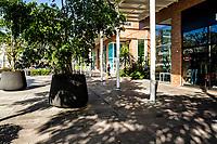 Passeio Pedra Branca, uma rua residencial e comercial na Cidade Pedra Branca. Palhoça, Santa Catarina, Brasil. / Passeio Pedra Branca, a residential and commercial street at Cidade Pedra Branca. Palhoca, Santa Catarina, Brazil.