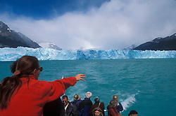 Patagonia, Argentina. 01/2004.Perito Moreno. Parque Nacional Los Glaciares, El Calafate, Provincia de Santa Cruz. Patagonia e uma regiao natural no extremo sul do continente americano que abarca a parte sul do Chile e da Argentina, incluindo os chamados Andes patagonicos./ Perito Moreno. Glaciers National Park, El Calafate, Santa Cruz Province. Patagonia is the portion of South America in Argentina and Chile made up of the Andes mountains to the west and south, and plateaux and low plains to the east..Foto © Adri Felden/Argosfoto