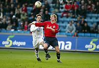 Fotball, 28. april 2004, Privatlandskamp, Norge-Russland 3-2,  Morten Gamst Pedersen, Norge, og Vadim Evseev, Russland
