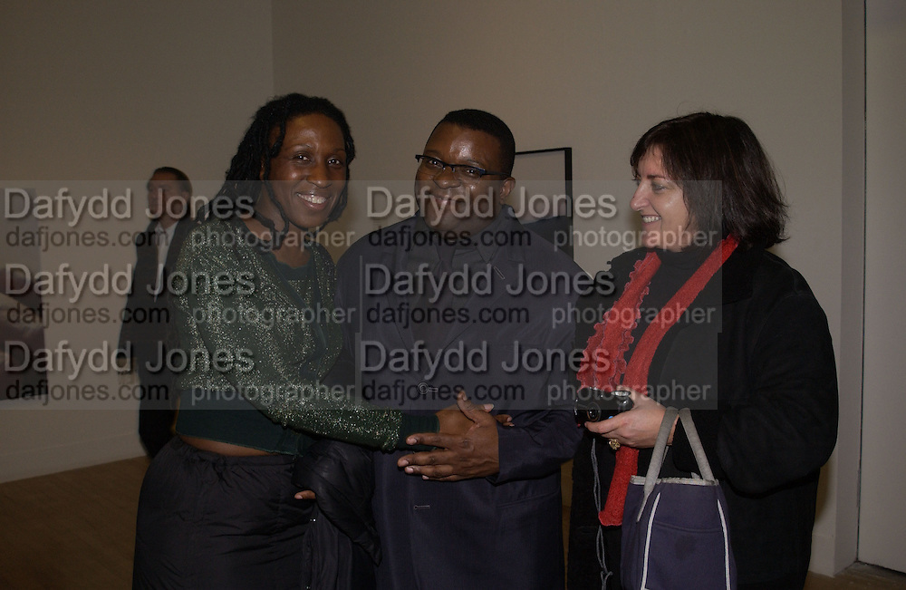 Karen Alexander, Isaac Julien and Heather Stewart. private view for the Turner Prize at Tate Britain. 6 November 2001. © Copyright Photograph by Dafydd Jones 66 Stockwell Park Rd. London SW9 0DA Tel 020 7733 0108 www.dafjones.com