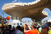 Crowds at a fun run by the Metropol Parasol Sevilla in the Plaza de la Encarnacion, Seville, Andalucia, Spain.<br /> Photo: Zute Lightfoot